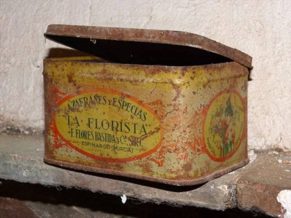 古いブリキ缶